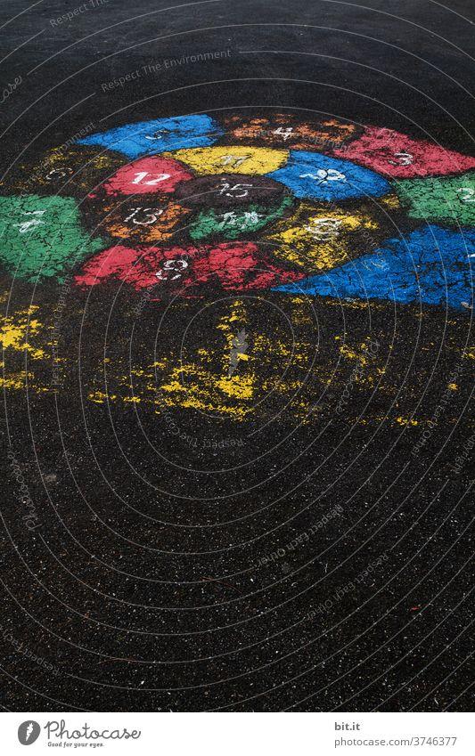 Dynamische Glücksspirale... Spielen Spielplatz Spielfeld Hüpfspiel Straße Straßenkunst Strassenmalerei Strassenspiel Spirale Kreide Asphalt Freizeit & Hobby