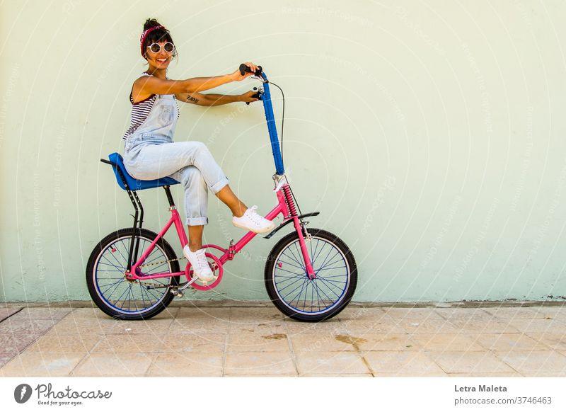 Junge städtische Mädchen in einem Fahrrad im Sommer Zeit Junge Frau citygirl Urban Girl Stadtszene Straßenszene buntes Fahrrad Fahrrad Mädchen Biker