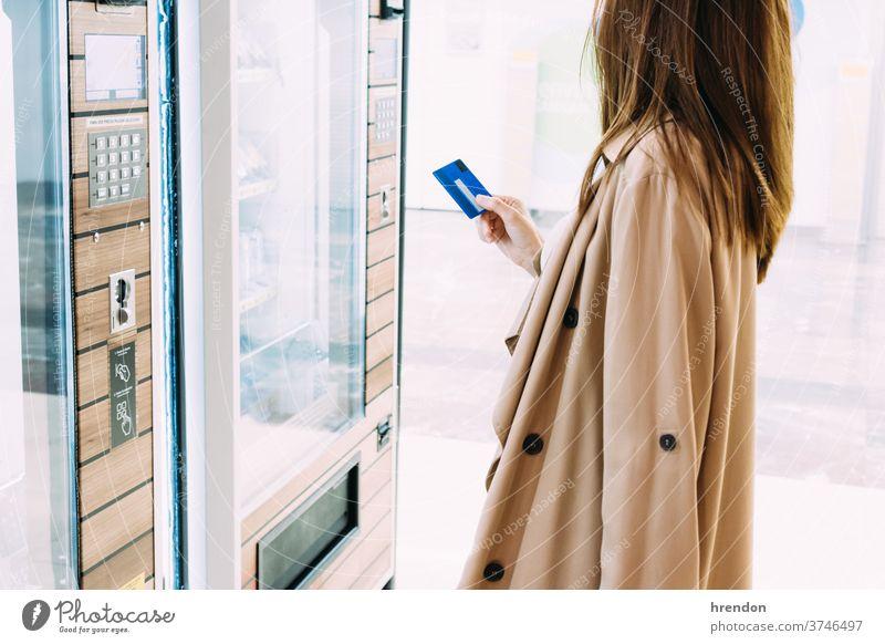 Frau benutzt ihre Kreditkarte, um am Automaten zu bezahlen Tourist reisend Reise Wirtschaft Virus Coronavirus Seuche Pandemie Mundschutz Schutz Ausbruch