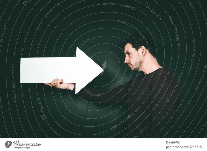 Pfeil zeigt auf mich Richtung Ich Auserwählter Psyche zeigend Ego selbstmitleid Mann Mensch