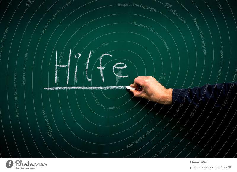 Hand unterstreicht das Wort Hilfe Tafel Kreide unterstreichen Hilfesuchend hilfebedürftig hinweis