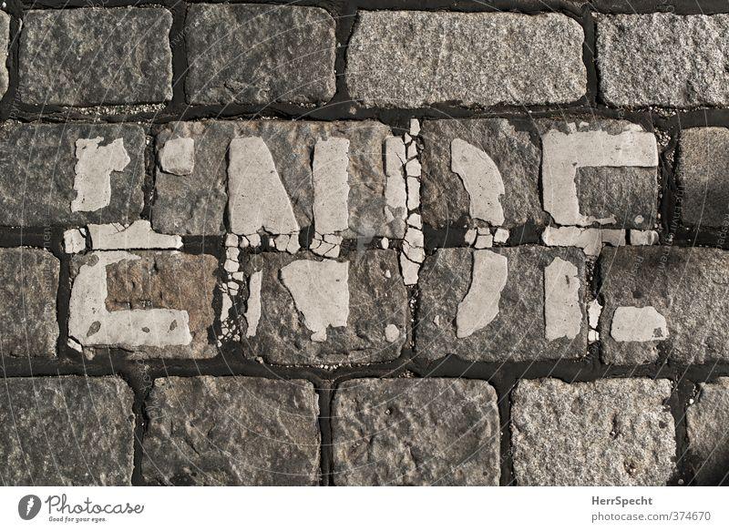 ENDE Verkehr Fahrradfahren Straße Schriftzeichen Schilder & Markierungen Stadt grau weiß Ende Fahrradweg Kopfsteinpflaster Fahrbahnmarkierung alt ausgebleicht