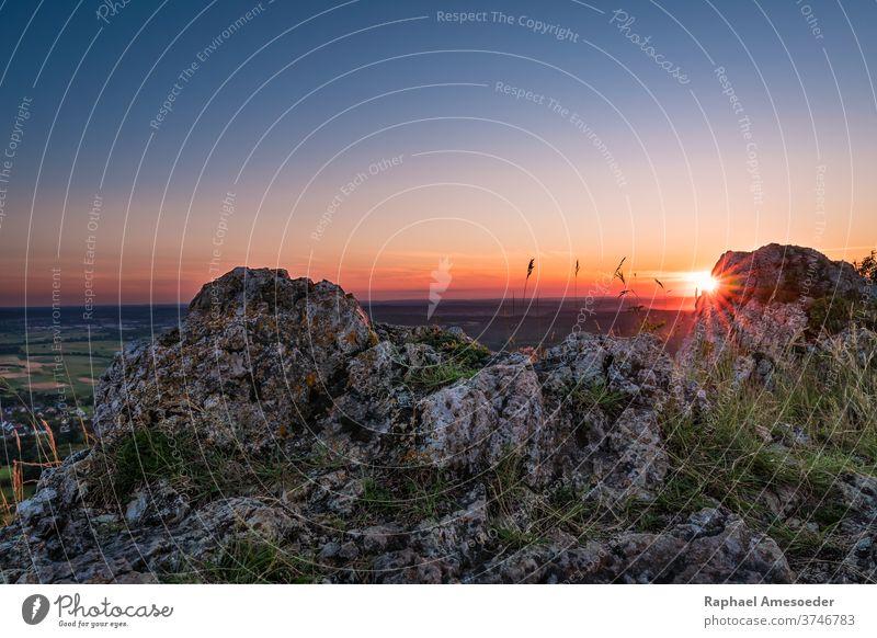 Sonnenuntergang auf dem Berg Walberla in der Fränkischen Schweiz Fränkische Schweiz Landschaft Klippe farbenfroh Himmel Berge u. Gebirge walberla Abenddämmerung