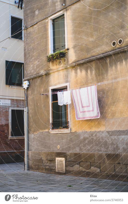 Frisch gewaschene Wäsche hängt an einer Wäscheleine in einer ruhigen Gasse in Italien draußen Altstadt Fassade Häusliches Leben hängen trocknen Haus Waschtag