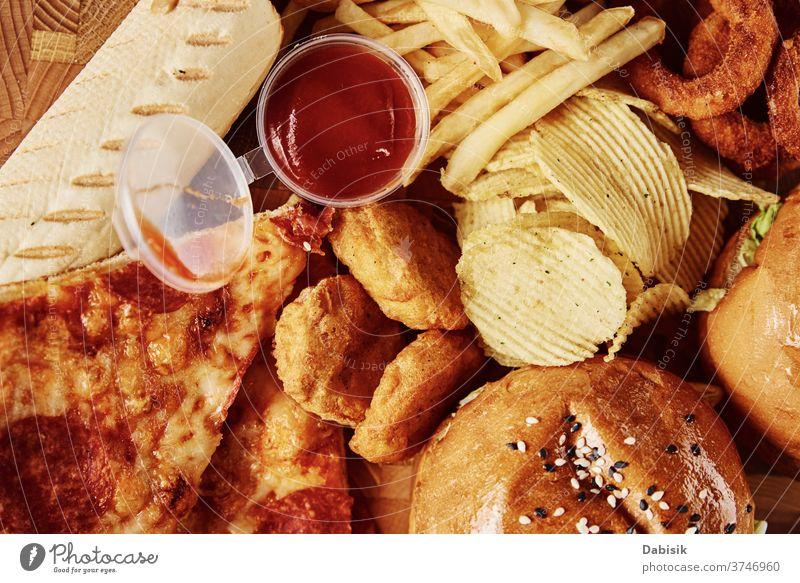 Ungesundes und ungesundes Essen. Verschiedene Arten von Fastfood auf dem Tisch, Nahaufnahme Lebensmittel schnell Trödel Fett Amerikaner Mahlzeit essen