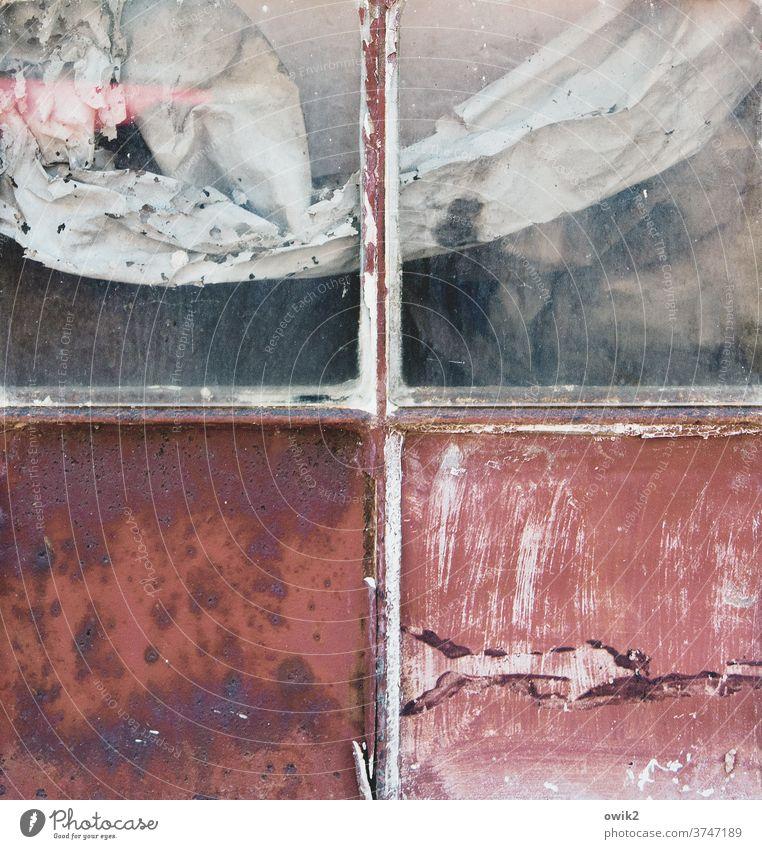 + Fenster Fensterkreuz Fensterscheibe Nahaufnahme Detailaufnahme Strukturen & Formen Fensterblick Farbfoto Gedeckte Farben Gleichgewicht Glas Holz Vorhang alt