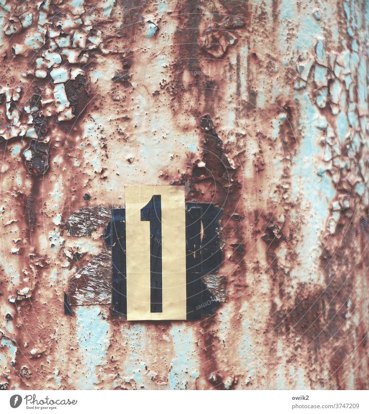 Einzelfall Lichtmast Pfosten Metall alt Rost abblättern Vergänglichkeit Spuren Zahn der Zeit Schild Aufkleber rätselhaft Zahl Ziffer Eins 1 Detailaufnahme