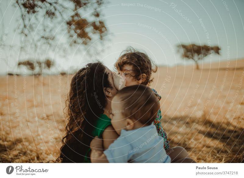 Mutter mit zwei Kindern auf dem Feld Mutterschaft Menschen Kindheit Pflege Familie & Verwandtschaft Liebe Eltern Fröhlichkeit Lifestyle Frau Halt Lächeln