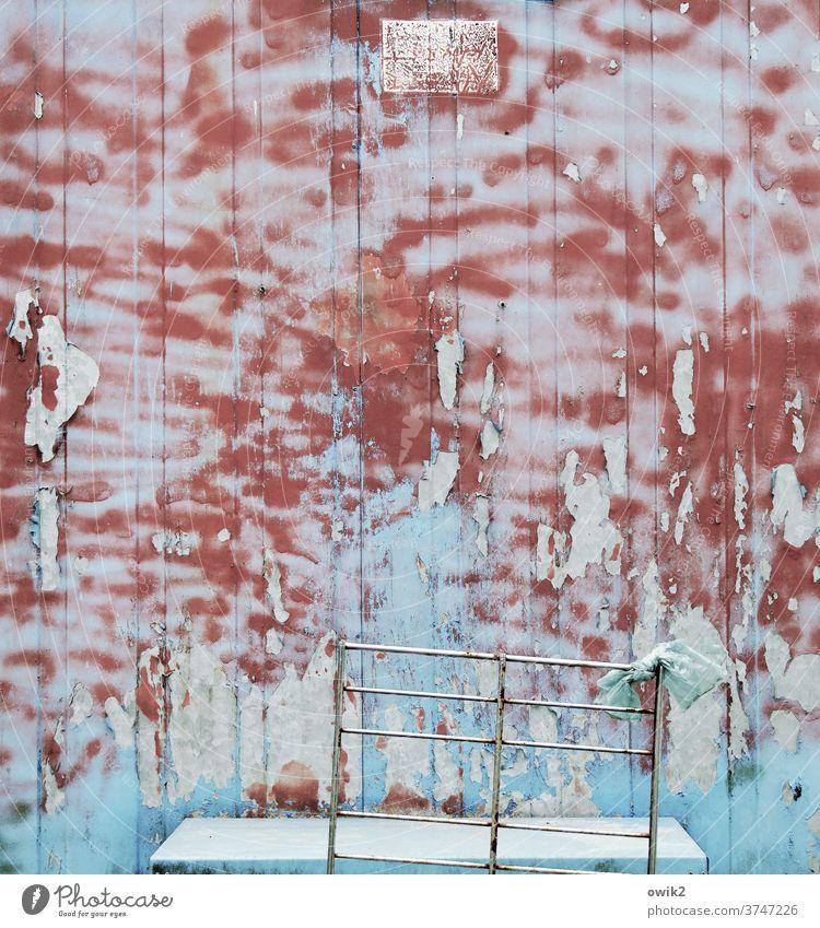 Abwärtstrend Wand Fassade Bauwagen Metall Farbe alt Verfall Vergangenheit Vergänglichkeit Zerstörung Gestell schäbig Farbfoto Außenaufnahme Detailaufnahme