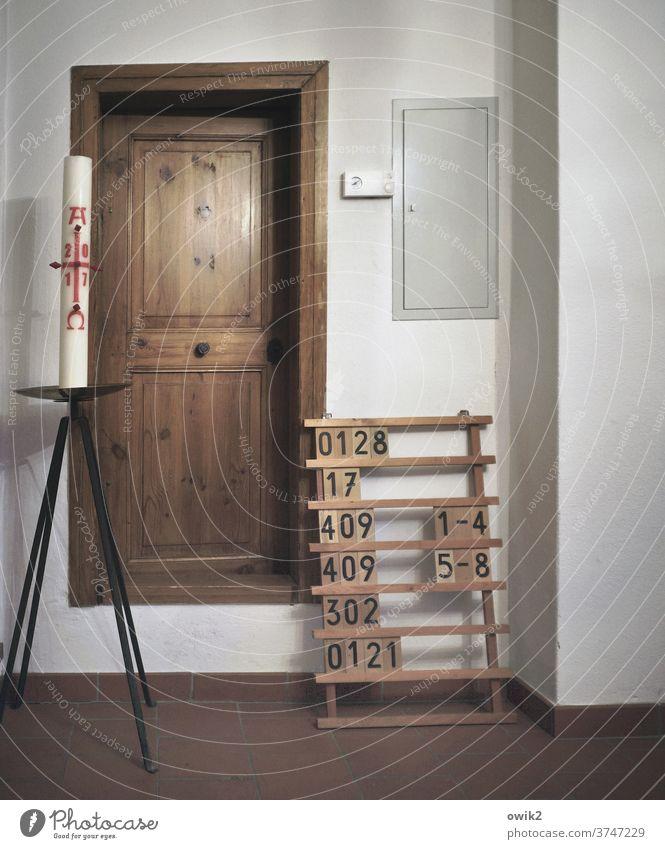 Songliste Sakristei Kirche Wand Mauer Innenaufnahme Menschenleer Totale Liedertafel Ziffern & Zahlen Schilder & Markierungen Detailaufnahme Nahaufnahme
