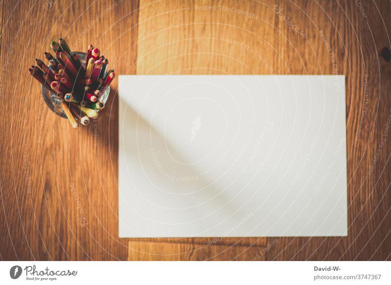 Buntstifte und ein unbeschriebenes weißes blatt Papier Stifte malen leer Kreativität Freizeit & Hobby zeichnen Blatt Platzhalter Schule