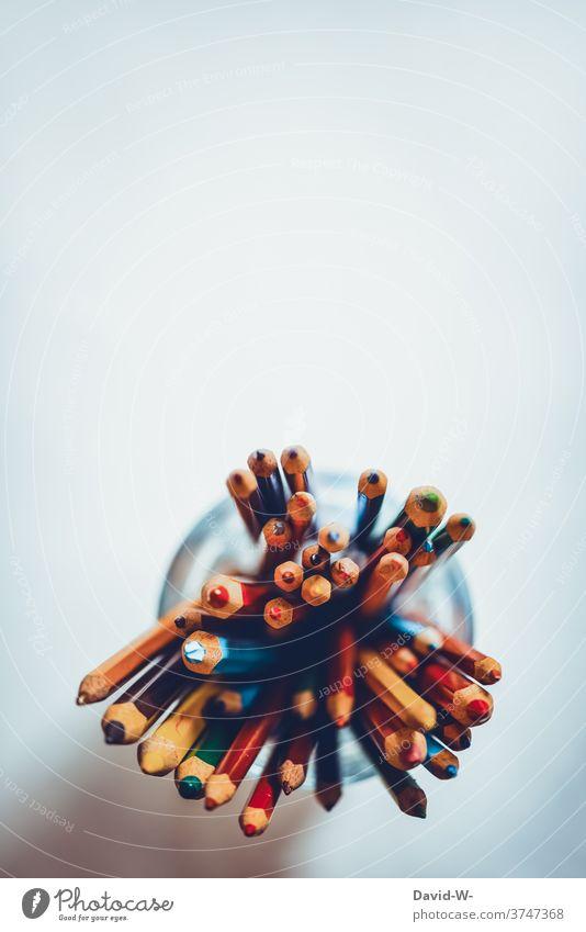 viele Buntstifte auf weißem Hintergrund Stifte Vogelperspktive Schule Kreativität malen zeichnen Platzhalter bunt