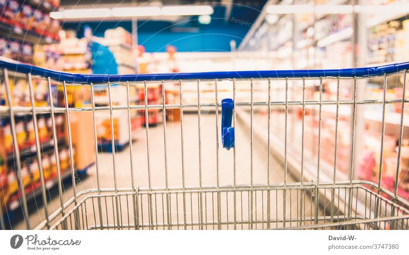 Einkaufswagen im Supermarkt zwischen Regalen mit Lebenmitteln einkaufen Lebensmitteln Geschäft Kunde Verbraucher Ladengeschäft Leere leer