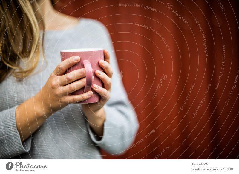 Neurodermitis Hände halten Kaffee Kaffeepause Frau Becher festhalten Krankheit ruhe Kaffeetasse genießen Tasse Tee