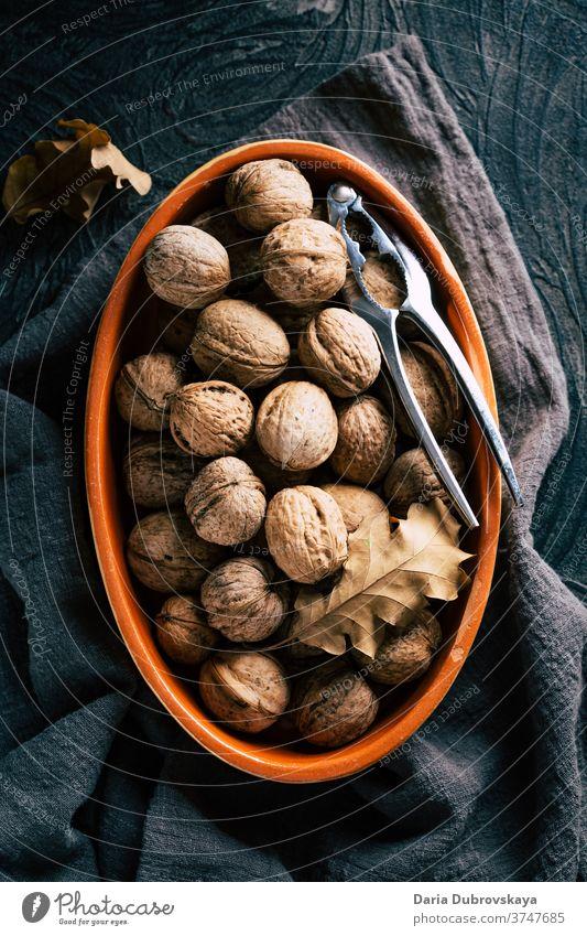 Walnüsse in der Schale. Herbst-Konzept frisch geschmackvoll Gesundheit Hintergrund Ernährung Walnussholz Lebensmittel braun Veganer roh Natur Bestandteil