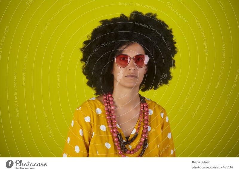 Bildnis eines indischen Mädchens mit lockigem Haar auf gelbem Hintergrund lustig Afro-Look Behaarung Frisur altehrwürdig Porträt retro farbenfroh Farben Rap