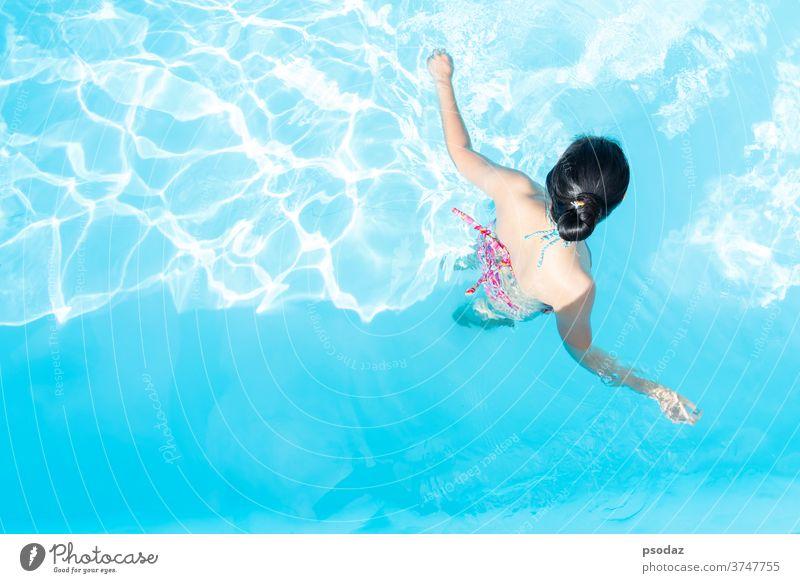 Draufsicht Asien Frau geniessen im Schwimmbad attraktiv Hintergrund Strand schön Schönheit Bikini blau Körper Pflege Mode frisch Mädchen Behaarung Glück Kopf