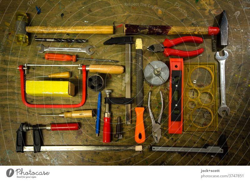 Werkzeuge zum basteln und werkeln Handwerk Draufsicht Werkbank Hammer Säge Klemme Zange Schraubendreher Feile Schraubenschlüssel Auswahl Wasserwaage