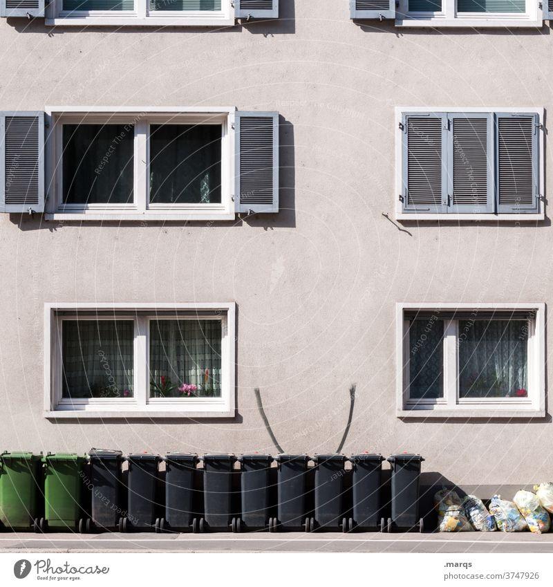 Mülltonnen vor Mehrfamilienhaus Fassade Fenster Müllsack Müllbehälter Müllentsorgung Müllabfuhr Ordnung Müllverwertung Umweltschutz Recycling