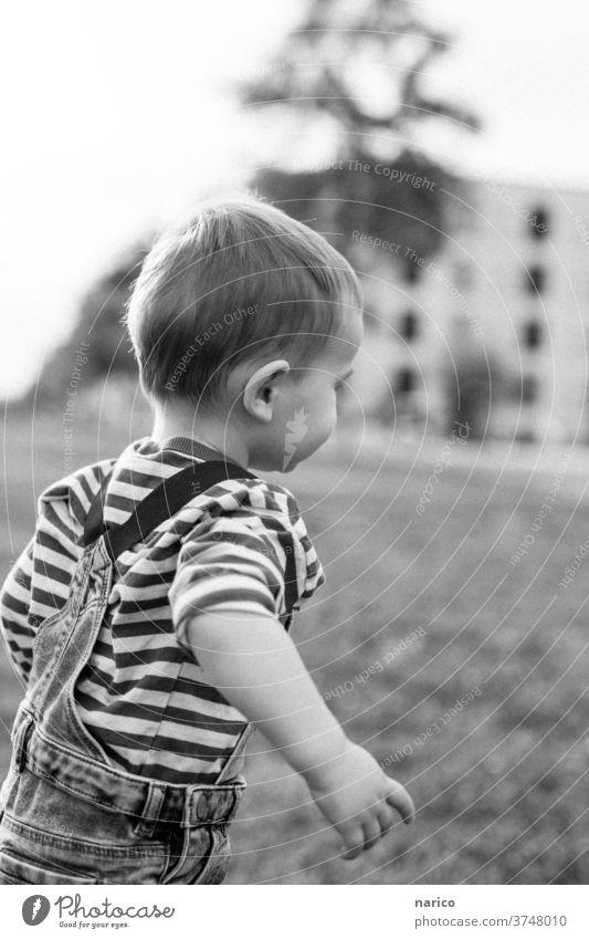 Kleinkind rennt Kind Kindheit Schwarzweißfoto rennen Junge laufen Außenaufnahme Spielen 1 Freude Lebensfreude Bewegung