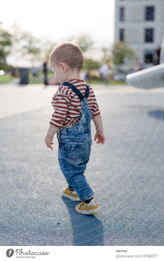 Kleinkind läuft Kind Junge Farbfoto Außenaufnahme Mensch 1-3 Jahre Kindheit
