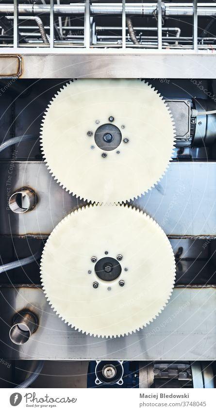 Zwei ineinander greifende Zahnräder aus Kunststoff, die die Drehbewegung einer Maschine übertragen. Gerät Technik & Technologie Industrie Fabrik Herstellung