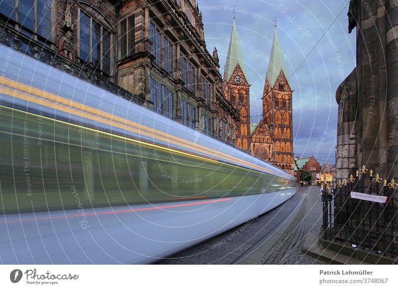 Straßenbahn in Bremen bremen straßenbahn rathaus kirche kirchtürme stadt strasse licht architektur bauwerk städtisch europa alt abenddämmerung st. petri dom