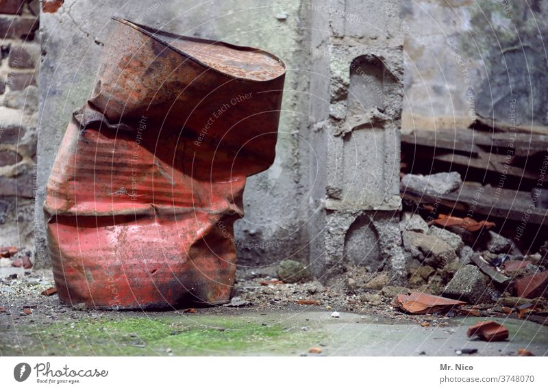 Das Foto kannste in die Tonne kloppen Fass Müll entsorgen Recycling Umweltverschmutzung dreckig Ruine Bauschutt Baustelle kaputt Abriss Abrissgebäude Zerstörung