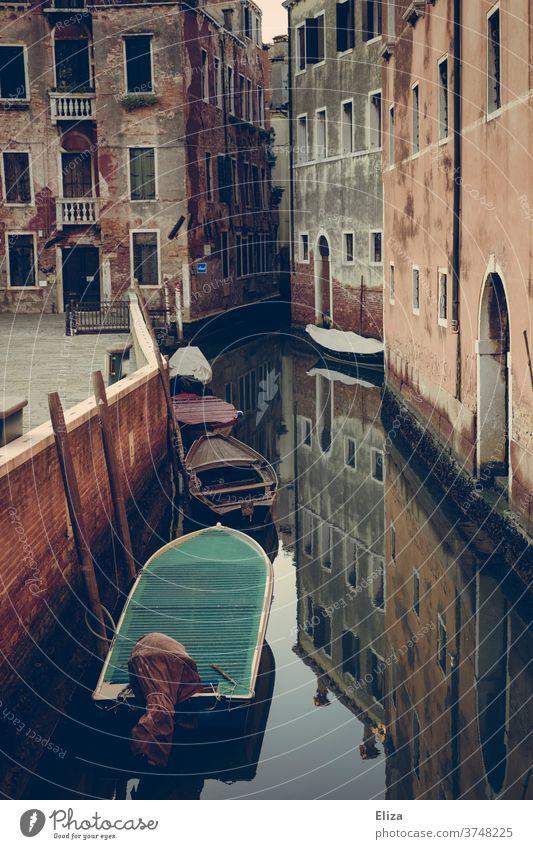 Kanal in Venedig mit kleinen Booten und Spiegelung Wasser Altstadt Stadt Haus Italien Morbide Sehenswürdigkeit alt verwittert