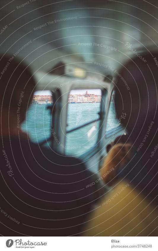 Blick aus dem Vaporetto auf die Altstadt Venedigs Schiff Wassertaxi Fenster Italien Öffentlicher Personennahverkehr Öffentlicher Nahverkehr Bootsfahrt