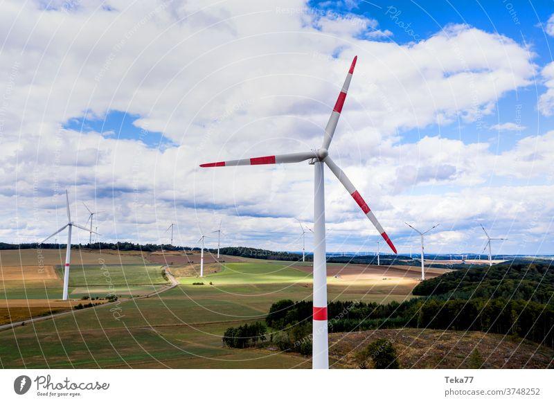 einige Windräder auf dem Land in der Luft Windrad von oben Windräder von oben Windkraftanlage Windturbinen bewölkter Himmel Wolken Ökostrom Windenergie