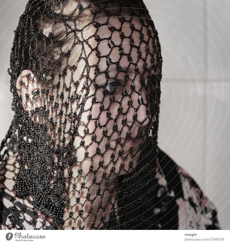 gefangen in Plastik |Mysteriös! Frau Junge Frau Porträt Mensch Netzwerk schön Schleier mysteriös geheimnisvoll Traurigkeit Trauer Gefangene Misstrauen Hoffnung