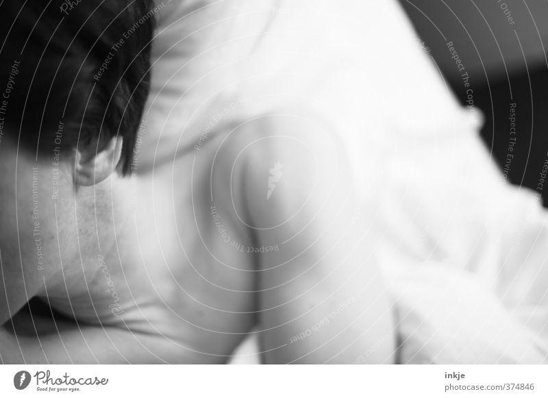 Licht aus. Häusliches Leben Bett Schlafzimmer Frau Erwachsene Haut Schulter Hals 1 Mensch 30-45 Jahre Bettdecke Kissen liegen schlafen kuschlig Müdigkeit Beginn