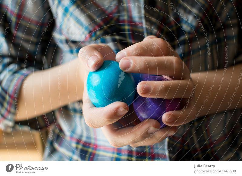 Kind trägt kariertes Hemd mit mehrfarbigen Ostereiern Ostern Frühling Dekoration & Verzierung Feste & Feiern Tradition Plaid Hände Eier Fingernägel Beteiligung