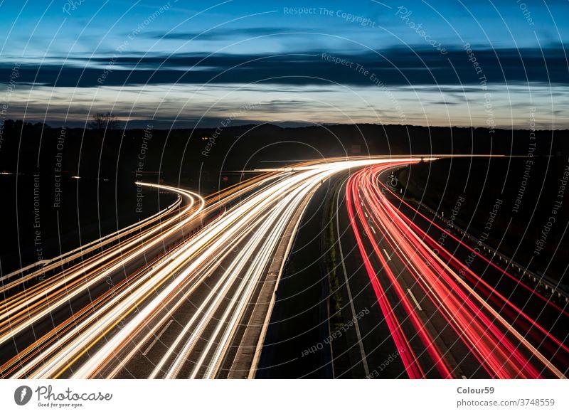 Autobahn bei Nacht fahren hell Deutsch Langzeitbelichtung Europa im Freien Fahrspur Geschwindigkeit Verkehr Bewegung Licht lang PKW Straße Transport Belichtung