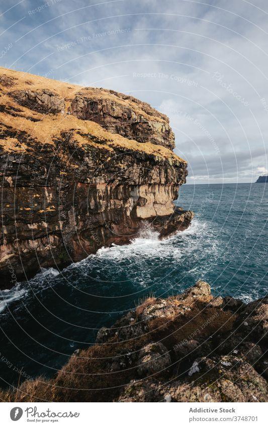 Felsenklippe in Meeresnähe auf den Färöer Inseln Klippe MEER Meereslandschaft Winter Saison kalt steil Gelände Färöer-Inseln felsig Landschaft majestätisch