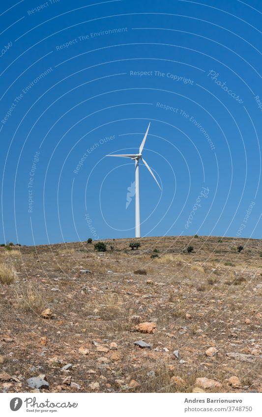 Berglandschaft mit Windenergie-Mühlen, die ländliches Leben mit erneuerbaren Technologien mischen Ansicht Nebel Ökologie Landschaft Generation Antenne Kraft