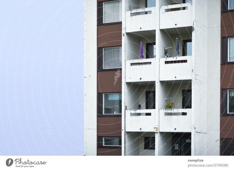 schöner wohnen Menschenleer Wand Fassade Balkon Mauer Stadtzentrum Stadtrand Hochhaus Hausbau Umzug (Wohnungswechsel) Baustelle Häusliches Leben Traumhaus