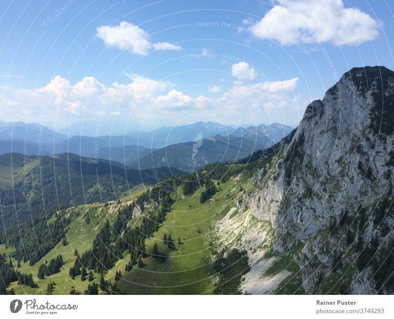 Blick über die europäischen Alpen bei München, Deutschland blau Europäische Alpen grün wandern Landschaft Berge u. Gebirge im Freien Felsen malerisch Sommer