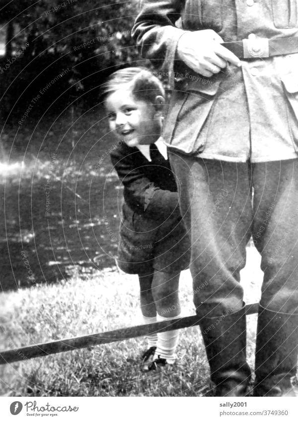 Kindheit während des 2. Weltkriegs... Junge Uniform Wehrmachtsuniform fröhlich Sohn Vater Krieg Familie & Verwandtschaft Außenaufnahme 3-8 Jahre Kniestrümpfe