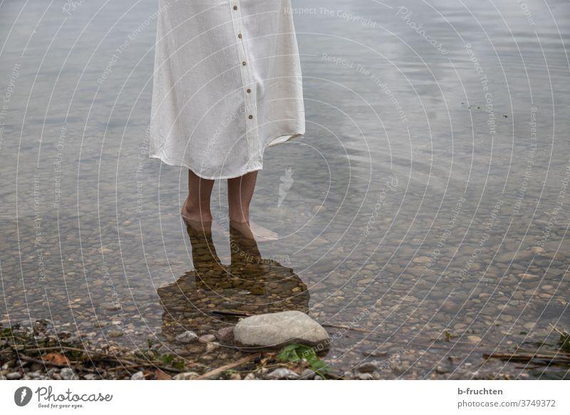 Barfuss im Wasser kalt Frau Rock Steine See Barfuß Strand Ufer gehen stehen beine Füße Natur Sommer Beine Erholung Ferien & Urlaub & Reisen allein