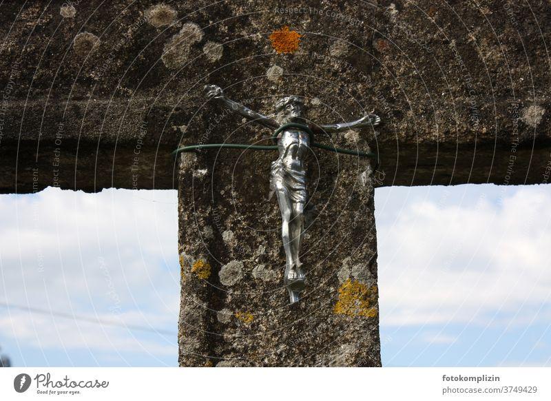 metallene Jesus-am-Kreuz-Figur mit Draht an Stein-Pfosten gebunden Jesus Christus jesus christus-figur Religion & Glaube Christentum Gott Katholizismus Kirche