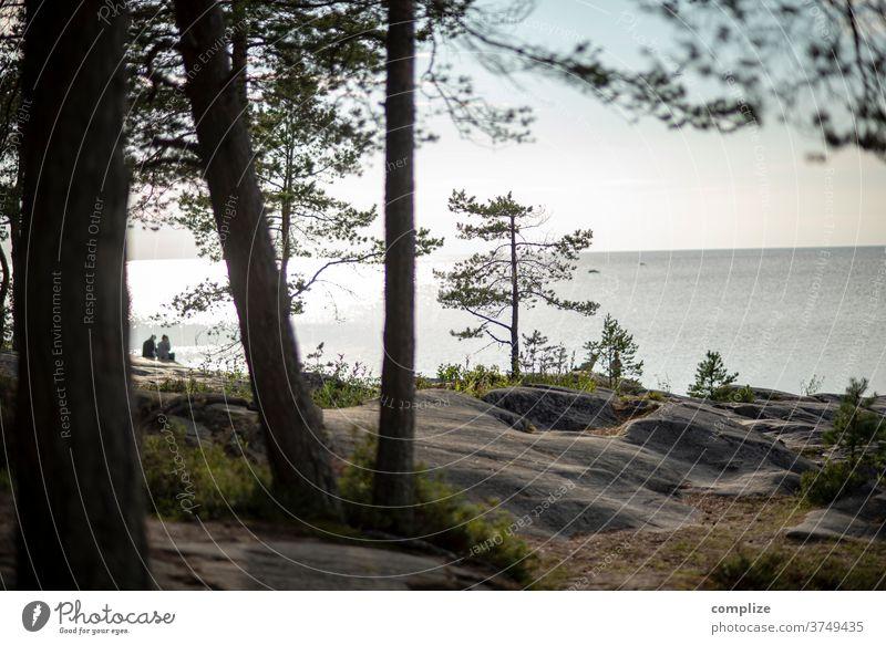 Aussicht zu 2 Horizont Pietarsaari ostseeküste Ostsee Skandinavien Küste Strand Felsenküste felsen Kiefer weite Meer Finnland Österbotten pärchen Paar