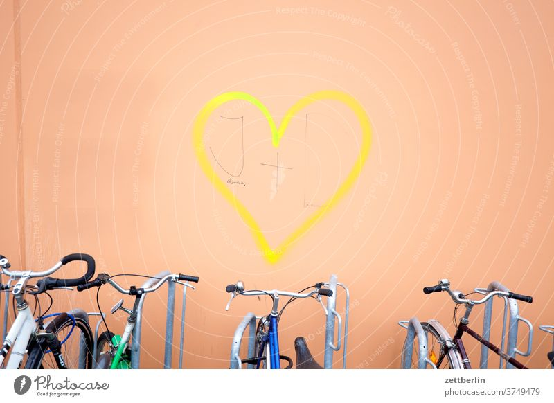 Herz mit Fahrrädern herz liebe zuneigung beziehung romantisch romanze frühlingsgefühl emotion haus wand fassade tagg graffiti vandalismus rad fahrrad verkehr