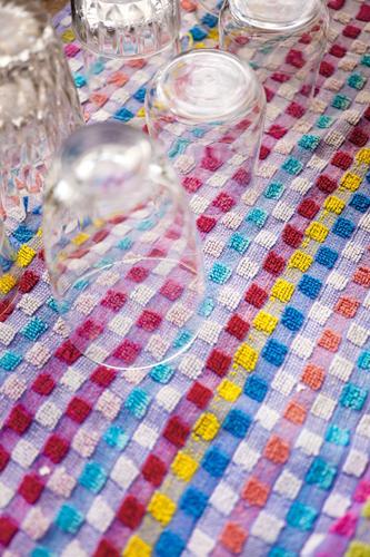 Gläser auf Handtuch glas trinken getränk geschirr trinken bar gastronomie party handtuch süultuch haushalt muster karo kariert kleinkariert frottee trinkglas