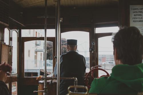 Inneres von Trolley in Astoria, Oregon Vereinigte Staaten Handwagen Straßenbahn Mitfahrgelegenheit Leiterbahn Fahrer altehrwürdig Antiquität Holz Metall retro