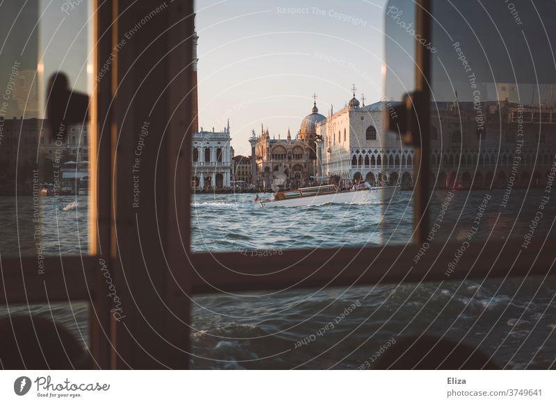 Blick auf den Markusdom in Venedig aus einem Vaporetto heraus Wassertaxi Meer Fenster Fernweh Ausblick Blick nach draußen Italien Markusplatz Sightseeing