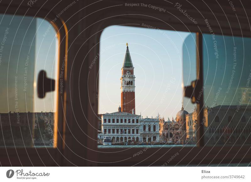 Ausblick auf den Markusturm in Venedig aus einem Vaporetto heraus Markusdom Wassertaxi Meer Fenster Fernweh Blick nach draußen Italien Markusplatz Sightseeing