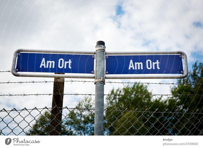 """""""Am Ort """" , 2 indentische, außergewöhnliche Straßenschilder welche individuell überall gelten können. Zaun mit Stacheldraht Strassenschild am Ort Standort"""