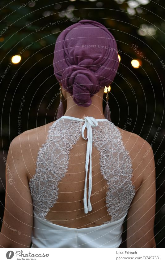 EiN SCHÖNER RÜCKEN KANN AUCH ENTZÜCKEN... Hochzeit Braut Brautkleid Rücken Kopftuch Abend Feste & Feiern ästhetisch lila weiß schön Sommer Rückenansicht Spitze